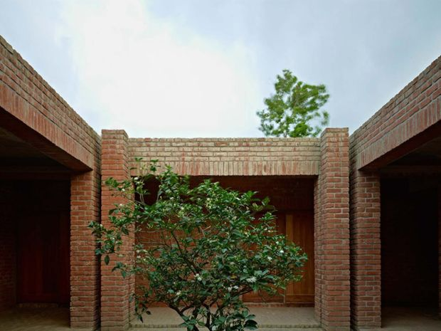 14_friendship-centre-kashef-mahboob-chowdhury-urbana_10_courtyard_-photo_-_eric_chenal-