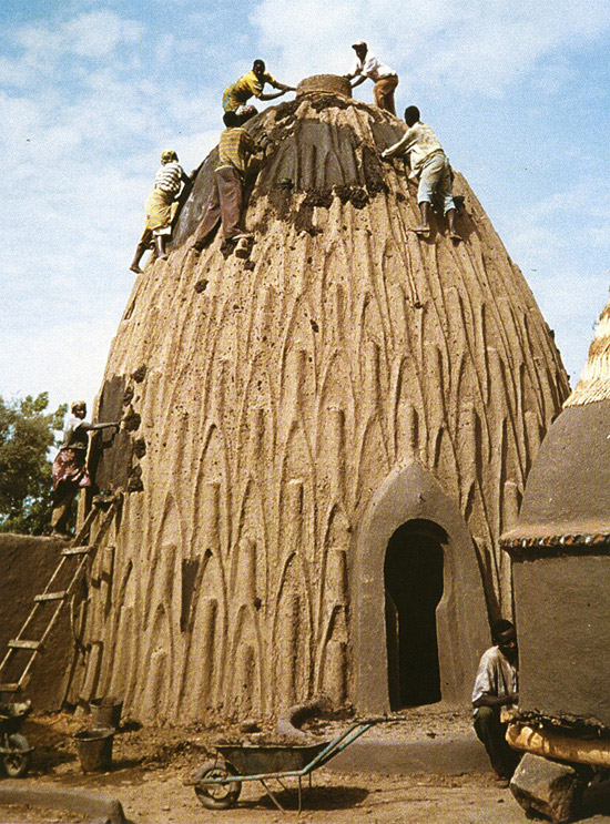 30.Cameroon_musgum-mud-house_maintenance_DB_09