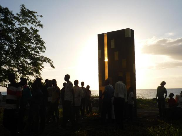 38_Comoros_Stèle-commémorative_Ambassade-de-france_01