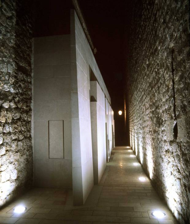43_Croatia_public-lavatory_Nenad-Fabijanic_outdoor-corridor-at-night