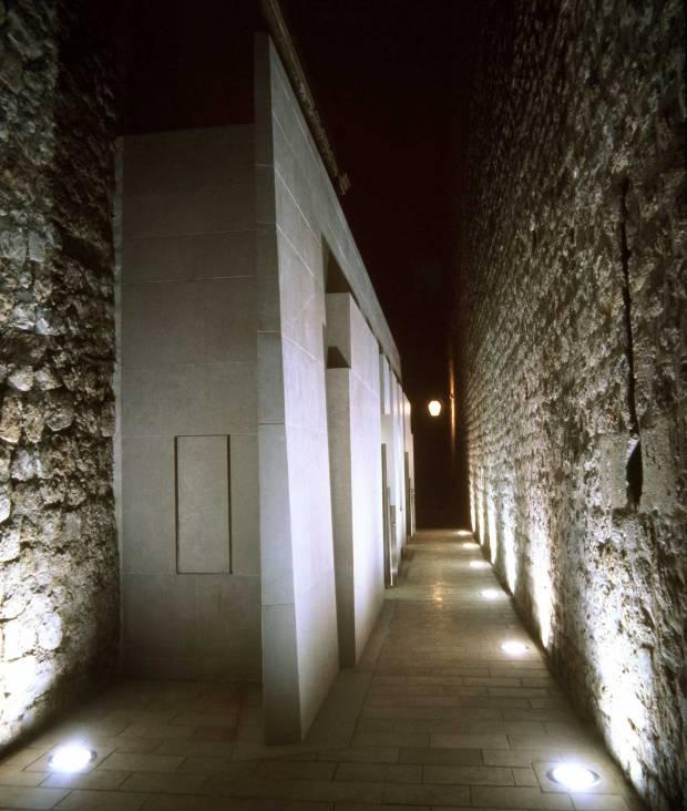 43_Croatia_public-lavatory_Nenad-Fabijanic_outdoor-corridor-at-night