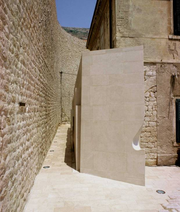 43_Croatia_public-lavatory_Nenad-Fabijanic_protruding-corner-and-corridor